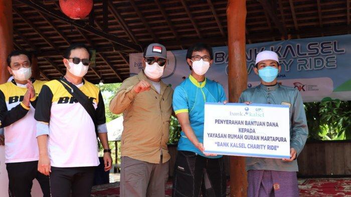 Penyerahan bantuan dari Bank Kalsel Charity Ride