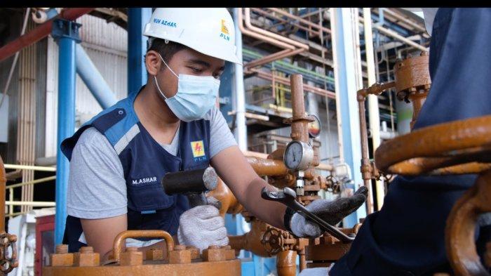 Pegawai PT PLN (Persero) Unit Pelaksana Asam Asam tetap menyediakan listrik 24 jam nonstop untuk pelanggan listrik Kalimantan dengan prokes ketat.