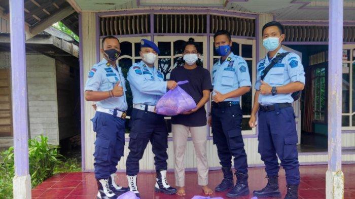 Pejabat Lapas Karang Intan Kabupaten Banjar Bagikan Daging Kurban ke Masyarakat Sekitar