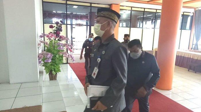 Pejabat teras Pemkab dan DPRD Kotabaru memasuki ruang sidang paripurna