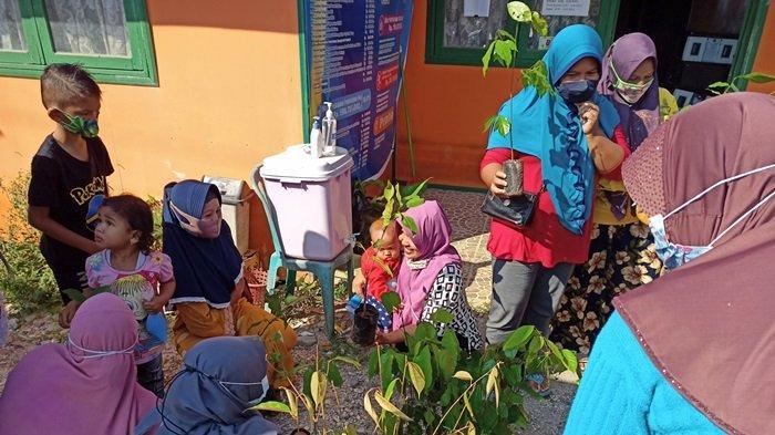 Pekan Tangguh, KKN mahasiswa ULM Banjarbaru berikan bibit tanaman buah gratis untuk warga Desa Semangat Dalam, Kecamatan Alalak, Kabupaten Baritokuala.