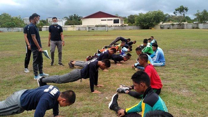 Pelajar setingkat SMA mengikuti seleksi anggota Pasukan Pengibar Bendera (Paskibra) di GOR Pangeran Suryanata Karias, Kota Amuntai, Kabupaten Hulu Sungai Utara (HSU), Kalimantan Selatan.
