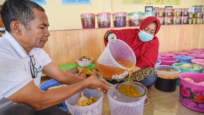 Pelaku UMKM Madu Lestari, di Semongkat, Kecamatan Batu Lanteh, Sumbawa, Provinsi Nusa Tenggara Barat, sedang menuang madu ke dalam kemasan.