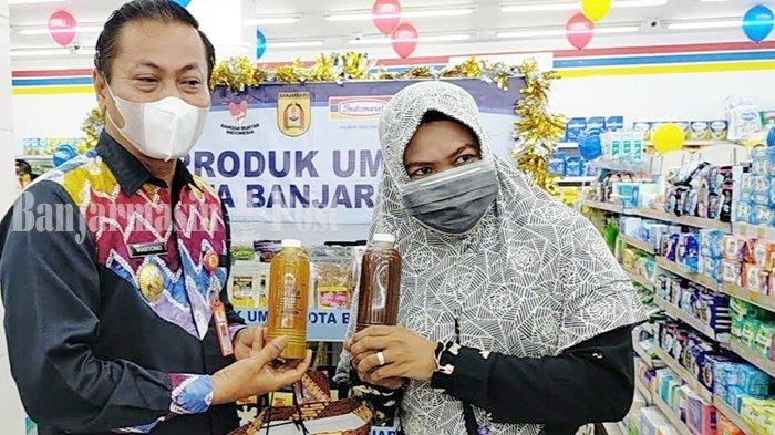 Pelaku UMKM, Sumiati, bersama Wakil Wali Kota Banjarbaru, Wartono, memperlihatkan produk yang telah dipasarkan di ritel modern.