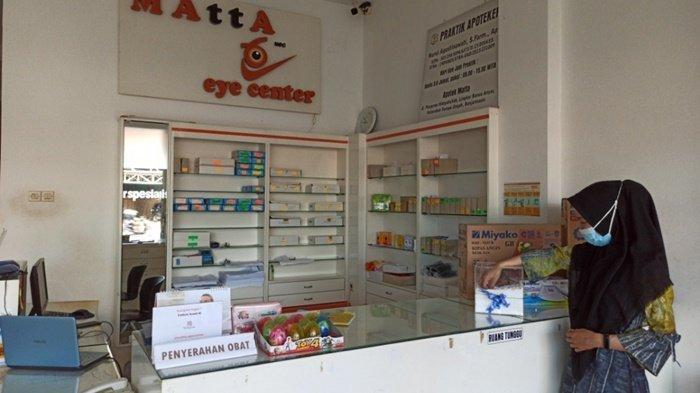 Pelanggan saat mengambil undian hadiah di Matta Specialist yang berlokasi di Jalan Pangeran Hidayatullah RT 14, Kota Banjarmasin, Kalimantan Selatan.