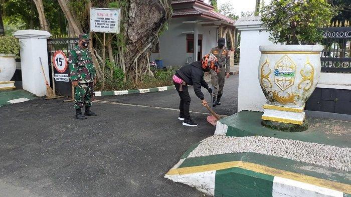 Terjaring Operasi Yustisi, Pelanggar Protokol Kesehatan di HSS Dihukum Nyapu Fasum