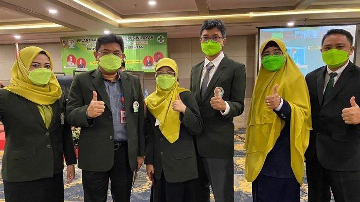Kadinkes Kalsel Dr HM Muslim yang mewakili Pj Gubernur foto bersama usai Pelantikan Dewan Pengurus Wilayah APKESMI Kalsel.