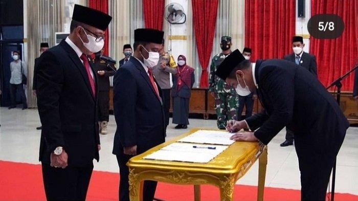 Rokhyat Riyadi Kepala Dinas Sosial Kota Banjarbaru dan Iwan Hermawan Kadis Kominfo saat dilantik, Jumat (30/4/2021).