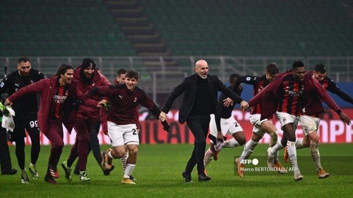 Pelatih AC Milan Italia Stefano Pioli (CR) merayakan bersama para pemainnya di akhir pertandingan sepak bola Serie A Italia AC Milan vs Lazio Roma pada 23 Desember 2020 di stadion San Siro di Milan.