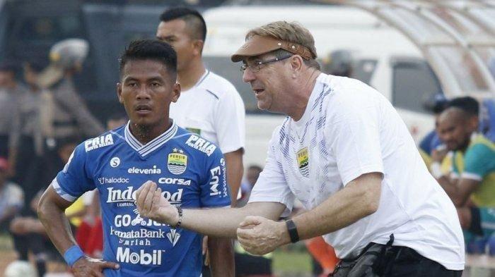 Pelatih Persib Bandung, Robert Rene Alberts (kanan), memberi instruksi kepada Ghozali Siregar (kiri).