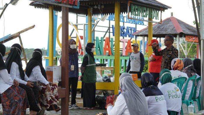 pelatihan masak gunakan kompor induksi di Sentra Kuliner Wisata Danau Tamiyang, Desa Mandikapau Barat, Kabupaten Banjar