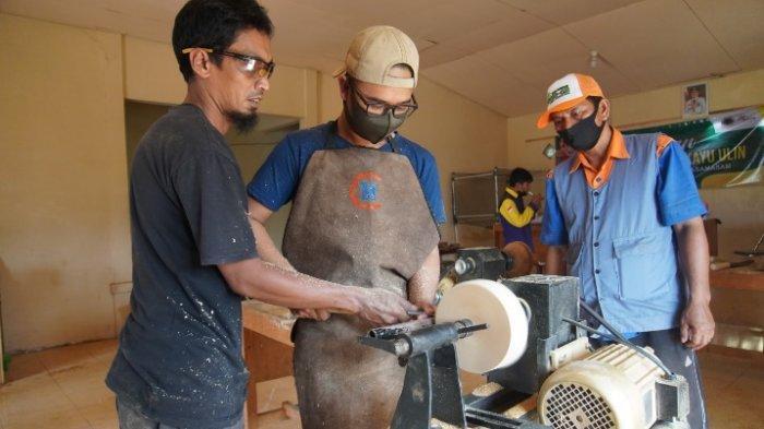 Pelatihan pengolahan limbah kayu ulin melalui Program Pemberdayaan Masyarakat (PPM) digelar PT Arutmin Indonesia Tambang Asamasam, Tanahlaut.