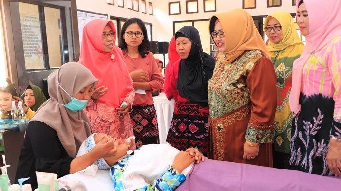 Hadiri Pelatihan Tata Rias Kecantikan di Kelurahan Sungaiulin, Begini Harapan Hj Ririen Nadjmi