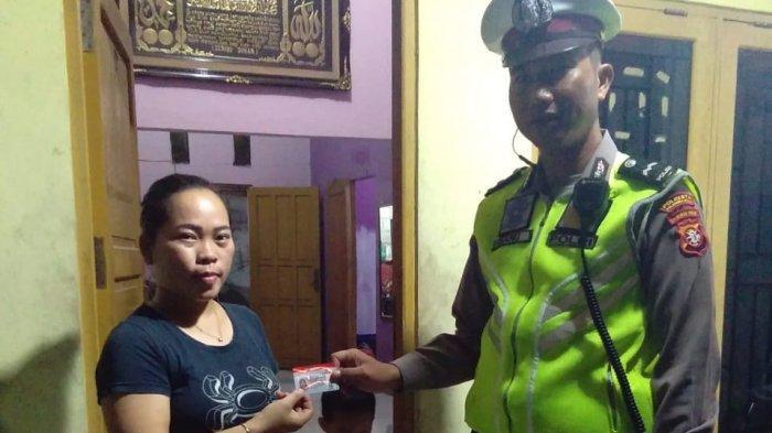 Polantas Ini Antarkan SIM ke Rumah Warga, Aksi Blue Light Patrol Bikin Warga Palangkaraya Tersenyum