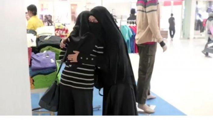 Viral! Pasca Bom Surabaya, Video 'Peluk Saya' Wanita Bercadar di Tunjungan Plaza Surabaya, Ternyata