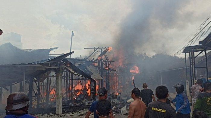 Kebakaran Kalsel, Kompleks Maritam Balangan Membara, Pemadam Berjibaku Taklukkan Api