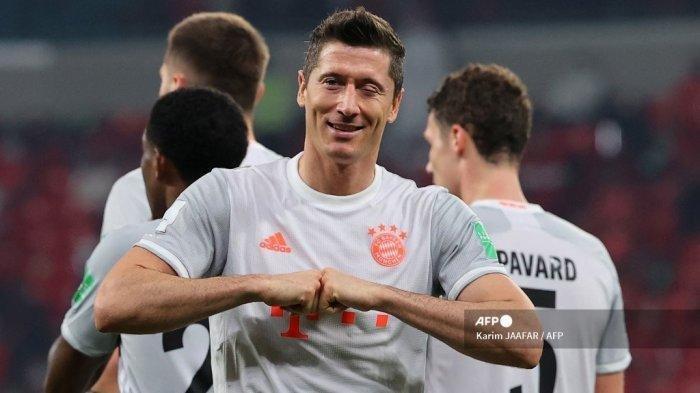 Pemain depan Bayern Munich Robert Lewandowski merayakan gol keduanya selama pertandingan sepak bola semifinal Piala Dunia Klub FIFA antara Al-Ahly dari Mesir dan Bayern Munich dari Jerman di Stadion Ahmed bin Ali di kota Ar-Rayyan di Qatar pada 8 Februari 2021.