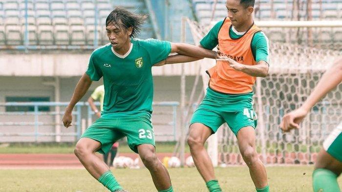 Pemain Persebaya Surabaya Ady Setiawan (kiri) latihan bersama rekan-rekannya Jumat (2/4) jelang lawan Persela Lamongan di Piala Menpora 2021