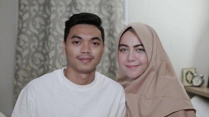 Pemain Persija Jakarta Alfath Fathier dan istrinya Ratu Rizky Nabila