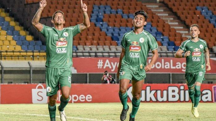 Pemain PSS Sleman Irfan Bachdim (kiri) bersama rekannya merayakan gol di Piala Menpora 2021