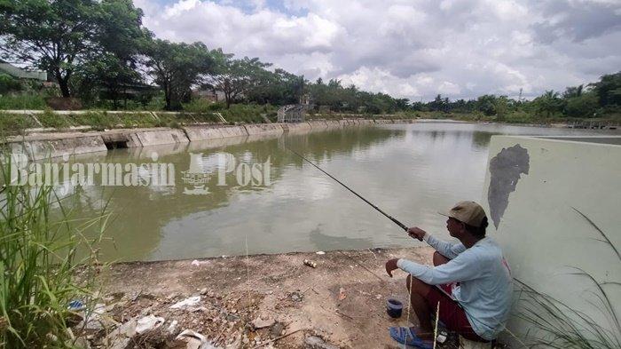 Pemancing di Embung Sidodadi, kawasan Jalan Sidodadi ujung, tembus Jalan Sidorejo, Kelurahan Loktabat Selatan, Kota Banjarbaru, Provinsi Kalimantan Selatan.