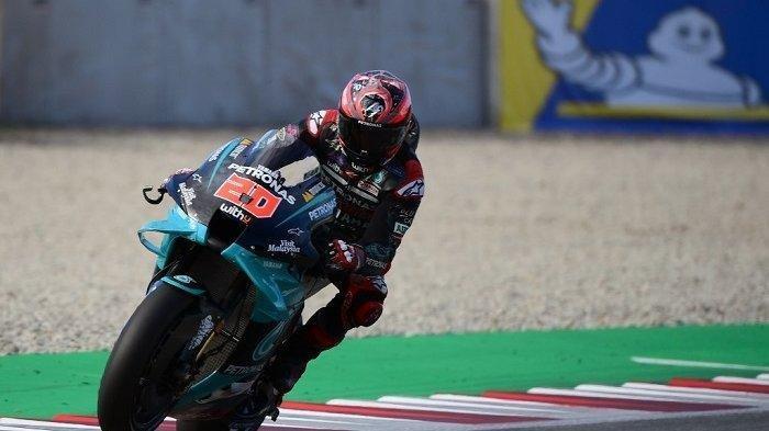 Pembalap Prancis Petronas Yamaha SRT Fabio Quartararo mengendarai selama sesi latihan bebas MotoGP ketiga dari Moto Grand Prix de Catalunya di Circuit de Catalunya pada 26 September 2020 di Montmelo di pinggiran Barcelona.