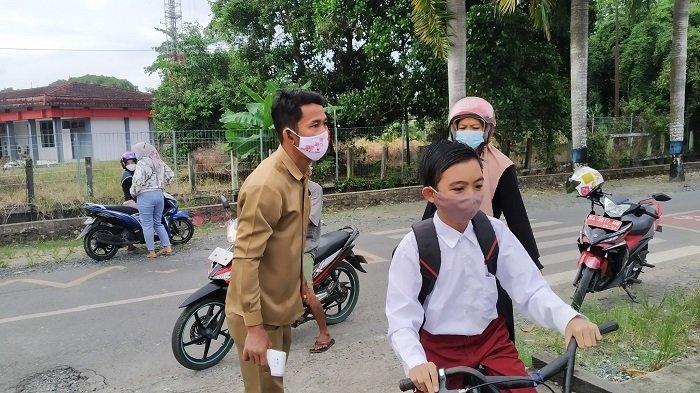 Ilustrasi- Siswa datang ke sekolah mengikuti pembelajaran tatap muka terbatas di SDN Ulu Benteng 2, Kecamatan Marabahan.