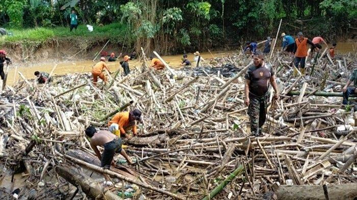 100 Meter Sungai Barabai Pajukungan Kabupaten HST Tertutup Sampah, Warga Bersihkan Bergotong-royong