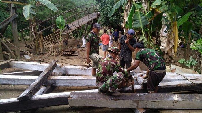 TNI dan Pemkab Banjar Bongkar Jembatan Ambruk yang Membahayakan Warga
