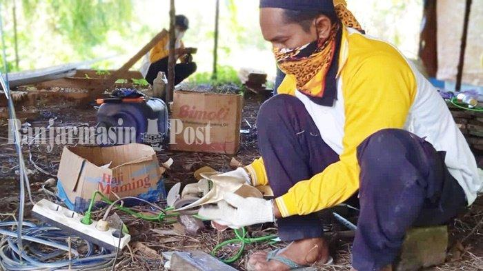 Pembuatan baling-baling perahu oleh warga yang tergabung di UMKM Saranjana, Desa Tarjun, Kecamatan Kelumpang Hilir, Kabupaten Kotabaru, Provinsi Kalimantan Selatan (Kalsel).