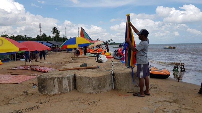 Warga yang menyewakan tenda mengemasi barangnya setelah petugas gabungan membubarkan kunjungan di pesisir pantai di sebelah Pantai Takisung, Sabtu (15/5/2021) siang.