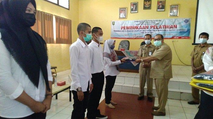 Pembukaan pelatihan kerja di BLK Tabalong ditandai penyerahan  perlengkapan pelatihan dari Kepala Dinas Tenaga Kerja Tabalong Syaiful Ikhwan, Senin (8/3/2021)