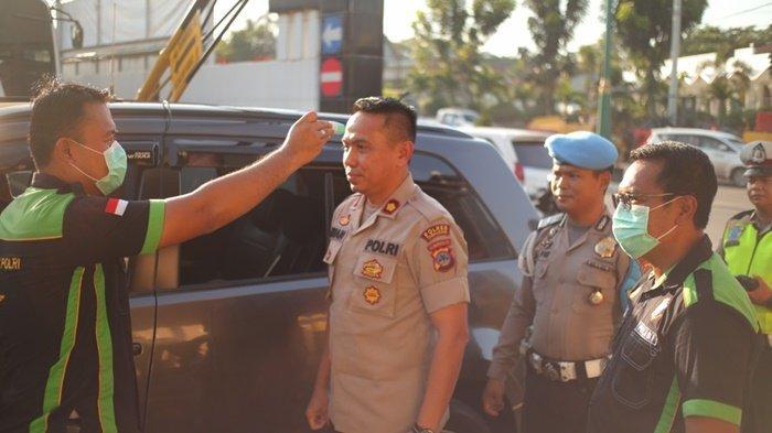 Petugas Polres Tabalong Cek Suhu Tubuh Personel yang akan Masuk Kantor