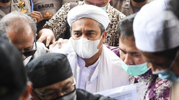Pemimpin Front Pembela Islam (FPI) Habib Rizieq Shihab (tengah) bersiap menjalani pemeriksaan di Mapolda Metro Jaya, Jakarta, Sabtu (12/12/2020). Rizieq Shihab tiba di Mapolda Metro Jaya untuk diperiksa sebagai tersangka kasus pelanggaran protokol kesehatan terkait kerumunan di Petamburan, Tanah Abang, Jakarta pada 14 November lalu. ANTARA FOTO/Hafidz Mubarak A/foc.