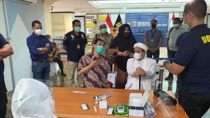 Pemimpin Front Pembela Islam Rizieq Shihab ketika melakukan pemeriksaan swab antigen sebelum melaksanakan pemeriksaan di Polda Metro Jaya, pada Sabtu (12/12/2020).