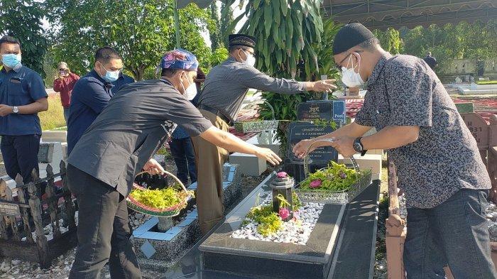HUT ke-50 Banjarmasin Post, Karyawan dan Pimpinan Tabur Bunga di Makan Dua Pendiri