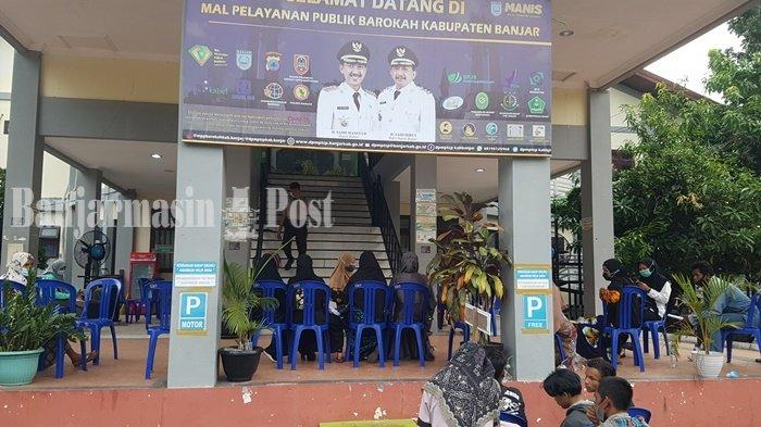 Pemohon KTP membeludak di Gedung Mal Pelayanan Publik Barokah di Kota Martapura, Kabupaten Banjar, Kalimantan Selatan, Senin (7/6/2021).