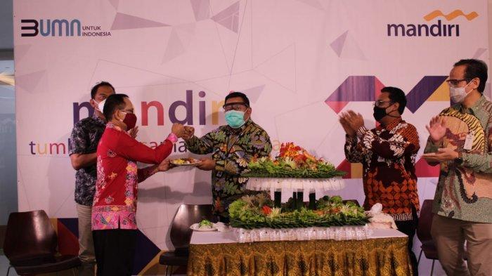 Pemotongan 1001 Tumpeng acara Perayaan HUT ke 22 Bank Mandiri oleh Bank Mandiri Region IX/Kalimantan.
