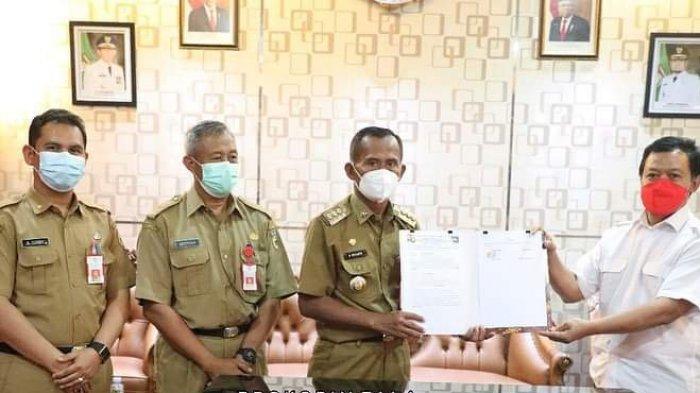 Penandatangan hibah BMN dari Kementerian PUPR melalui BPPW Kalsel, beberapa hari lalu di kediaman dinas Bupati Tala..