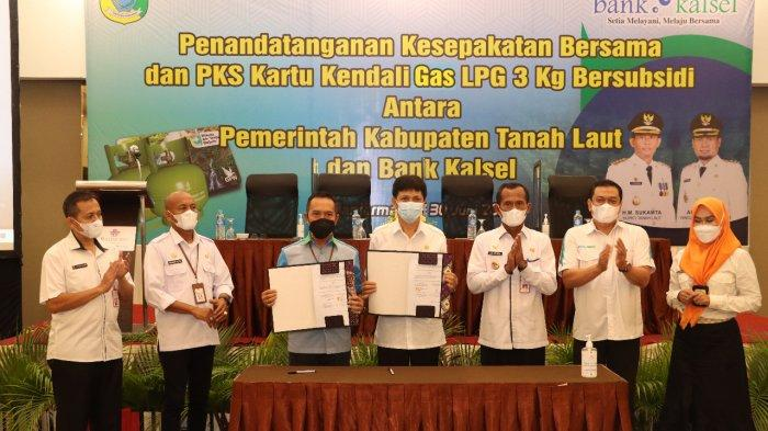 Penandatangan kesepakatan bersama Pemkab Tala dan Bank Kalsel dalam Penerbitan Kartu Kendali Pengguna Liquified Petroleum Gas (LPG) 3 Kg Bersubsidi