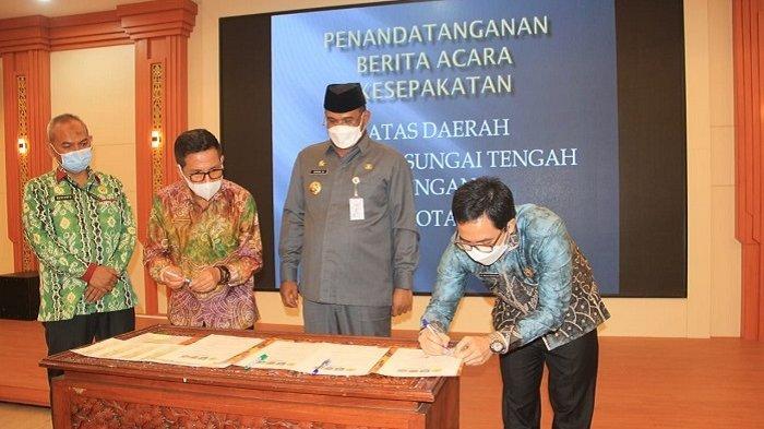 Batas Wilayah Disepakati, Bupati HST-Sekda Kotabaru Tandatangan di Depan Pj Gubernur Kalsel