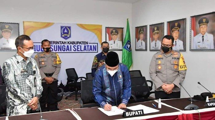 Penandatanganan kerja sama Pemerintah Kabupaten Hulu Sungai Selatan dengan Polda Kalimantan Selatan, dalam Program Rekrutmen Bintara Polri, turut disaksikan para pejabat, Jumat (16/4/2021).