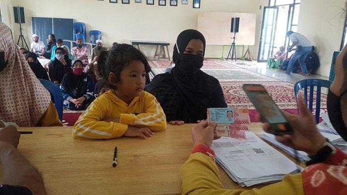 Pencairan bantuan sosial tunai (BST) Kemensos RI untuk warga Kecamatan Martapura Timur Kabupaten Banjar, Jumat (8/1/2021)