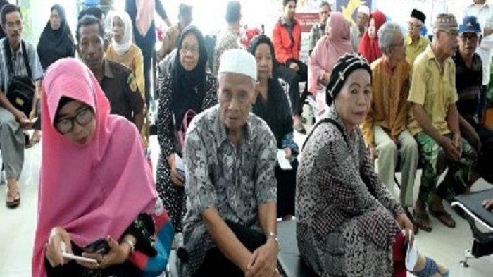 Pencairan THR pensiunan PNS dan TNI-Polri di bank dan warga antre sejak pagi hingga siang.