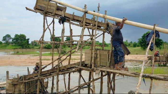 Kalselpedia Pendulangan Intan Cempaka Melihat Proses Menggali Galuh Dari Tebing Banjarmasin Post