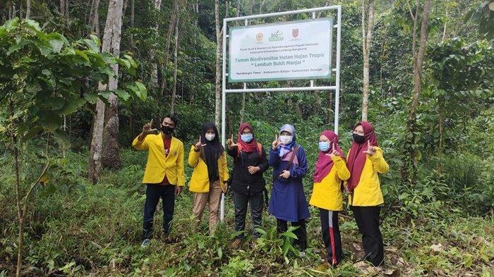 Peneliti muda dari Universitas Lambung Mangkurat tentang jamur di Taman Biodiversitas Lembah Bukit Manjain Kabupaten Banjar, Kalimantan Selatan.