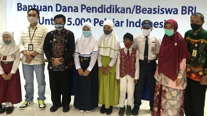 Perwakilan penerima beasiswa foto bersama pimpinan BRI dan Wali Kota Banjarmasin, Kamis (10/9/2020).