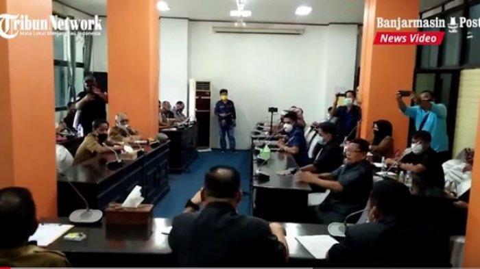 Rapat dengar pendapat di DPRD Kotabaru terkait kesenjangan pengangkatan tenaga kerja lokal di Pulau Laut oleh perusahaan tambang di kawasan itu.