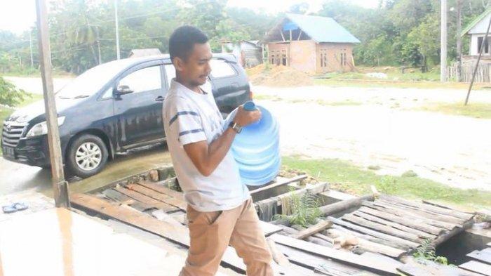 Tadinya Diremahkan, Pengantar Galon Air di Sultra Ini Lolos Jadi Anggota DPRD