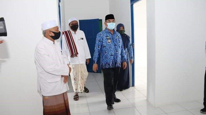 Bersama pengasuh Ponpes Al Muradiyah Daha Utara, Bupati HSS H Achmad Fikry memantau kondisi ruang-ruang asrama yang telah direhab, Kamis (17/9/2020).